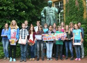 Die stolzen Gewinner des Windthorst-Gymnasiums Meppen nach der Preisvergabe durch die stellvertretende Schulleiterin Ute Lott (rechts) und die Betreuerin des Wettbewerbs Tanja Strothmann (2. von rechts).