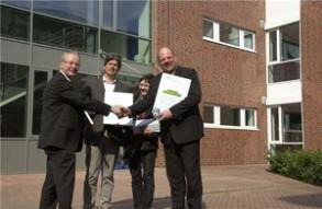 Den Innovationspreis nahmen Martin Gehrenkamp und Christoph Becker (von links) im Beisein von Ute Lott aus den Händen von Gregor Böckenholt vor dem neuen Gebäude entgegen.