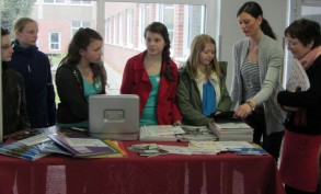 Kümmern sich um die Schülerfirma: (v. li.) Kristina Helm, Lina Andrees, Henriette Krause, Sarah Lewandowski und Hanna Müller, Dorothee Laing und Ute Lott.