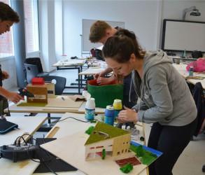 Gezielte Integration in das naturgegebene Dreieck zwischen Hase und Ems: Die Schülerin Marie Rathmann nimmt bewusst diese Form für ihr architektonischen Modell eines Begegnungszentrums wieder auf.