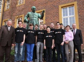 Landrat Reinhard Winter informierte sich im Windt horst-Gymnasium Meppen über das Projekt der Roboter-AG. Der Landkreis beteiligt sich mit 7500 Euro an den Kosten.