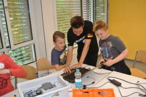 Tag der Talente am WGM: Hendrik (Kl. 2!), Jakob (Kl. 3) und WGM-Devil Marius bei der Roboterprogrammierung.