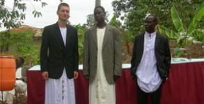 Auf einer Hochzeitsfeier in Uganda: Hendrik Willems (links) mit zwei weiteren Trauzeugen.