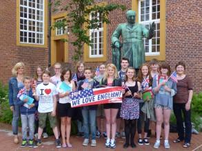 Die erfolgreichen Gewinner des Windthorst-Gymnasiums nach der Siegerehrung durch die Schulleiterin Ute Lott (rechts) und die Fachobfrau Englisch, Tanja Strothmann (links).