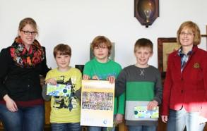Gemeinsam freuen sich über die erfolgreiche Kunstkalender-Aktion (von links): Kunstlehrerin Katja Heckmann, Arthur Meyer, Paul Ricke, Tim Fuhler, Kunstlehrerin Sabine Nienau-Gielsdorf.