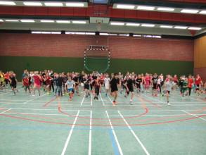 Wuseliges Aufwärmen mit 140 Schülerinnen und Schülern!