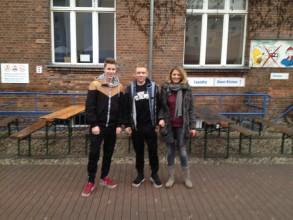 Vor dem Hostel in Friedrichshain: Lars Altmeppen, Kai Runte, Sarah Castillo