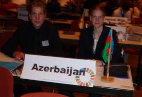 Simon und Annika als Delegierte des zugeteilten Landes Aserbaidschan.