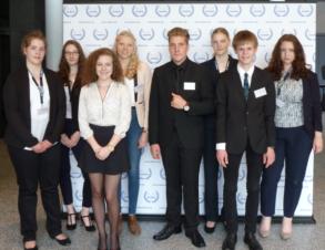 An der OLMUN teilgenommen haben Franziska Niers, Sarah Lewandowski, Mona Jansen, Eva Kuiter, Simon Wolter, Annika Korn, Nils Fuhler und Henriette Prause (von links nach rechts).