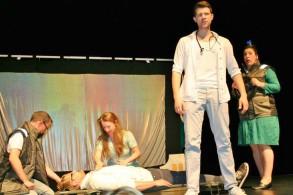 Mit passender Gestik und Mimik unterstützten die Schauspieler das englischsprachige Geschehen auf der Bühne.