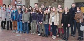 Die Schülergruppe mitsamt ihren Betreuern vor dem historischen Rathaus in Meppen.