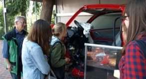 Betroffen inspizieren Schüler gemeinsam mit Bernd Kaiser (l.) einen völlig demolierten Unfallwagen.