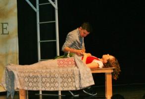 Tragisches Ende der Liebesgeschichte: Der verzweifelte Romeo am Bett der scheinbar toten Juliet.