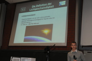 T. Sandern präsentiert die Mikrowellenmethode, durch die die Lichtgeschwindigkeit anhand von Schokolade recht gut bestimmt werden kann.